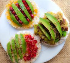 C O M E S A N O   Ideas para tus desayunos  tortitas de arroz com aguacate y granada / mermelada de melocotón (sin azúcar)