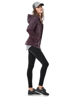 everyday outfit, love hats and layers over yoga pants Oufits Casual, Casual Skirt Outfits, Cute Outfits, Leggings Mode, Leggings Fashion, Cheap Leggings, How To Wear Leggings, Athleisure, Capsule Wardrobe