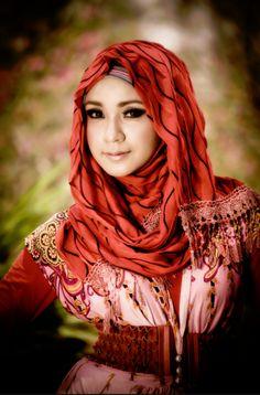 http://abayatrade.com   muslim fashion magazine  I love this very loose hijab style