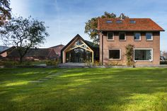 This Barn Living is a renovated farmhouse with the extended old barn next to the house. Located in Aalten, Netherlands, the farmhouse renovation and extension of the barn were designed by Bureau Fraai in 2015 for a young family. Modern Barn, Modern Farmhouse, Lofts, Residential Architecture, Architecture Design, Journal Du Design, Farmhouse Renovation, Barn Living, Cottage Interiors