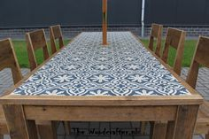 Beautiful restoration of an old garden table, dressed with cement tiles Tile Patio Table, Tile Top Tables, Diy Table Top, Garden Table, Outdoor Table Tops, Outdoor Tiles, Outdoor Dining, Outdoor Decor, Diy Patio