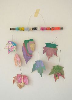Children paint dried leaves and wrap twigs with yarn to make beautiful mobiles. Children paint dried leaves and wrap twigs with yarn to make beautiful mobiles. Kids Crafts, Craft Activities For Kids, Toddler Crafts, Fall Crafts, Projects For Kids, Diy For Kids, Arts And Crafts, Children Art Projects, Simple Art Projects