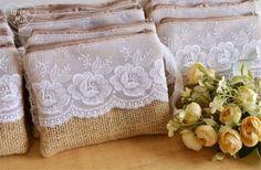 Lembrancinha de casamento - Necessaire Goodie Bags, Gift Bags, Handmade Purses, Coin Bag, Patchwork Bags, Denim Bag, Rustic Elegance, Zipper Bags, Beautiful Bags