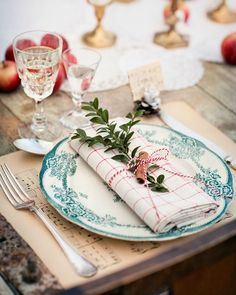Rapidinha décor: Mollie Makes Magazine Christmas Table Settings, Christmas Tablescapes, Holiday Tables, Christmas Decorations, Christmas Dinner Plates, Mollie Makes, Simple Christmas, Winter Christmas, Christmas Home