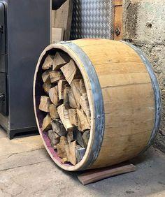 Die wundervollste Art Feuerholz in Szene zu setzen. Das Weinfass als Kaminholzregal hergestellt aus einem original französischem Rotweinfass. Firewood, Texture, Crafts, Wine Cask, Wood Furnace, Repurposed, Cool Ideas, Rustic, Handmade Crafts