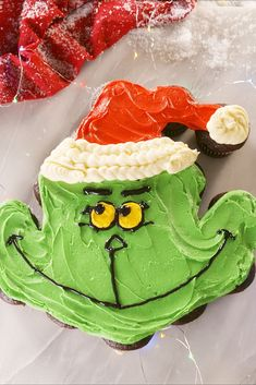Holiday Baking Will Never Be The Same Once You've Tried These Sugar Cookies Grinchy Pull-Apart Cupcakes Delish Best Christmas Desserts, Christmas Food Gifts, Christmas Cupcakes, Christmas Goodies, Holiday Recipes, Christmas Ideas, Grinch Christmas, Christmas Time, Pull Apart Cupcakes