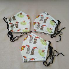 Der handgefertigte Mund-Nasen-Schutz besteht aus einem 2-lagigen Baumwollstoff. Der dekorative Außenstoff ist ein bedrucktes Baumwolle-Leinen-Material mit verschiedenen Katzenmotiven, die Innenlage aus weißer Baumwolle. Die Gummibänder sind offen und können selbst auf die gewünschte Größe gebunden und gekürzt werden. Die Gummibänder können vom Träger, bei Bedarf gewechselt werden. Material, Printed Cotton, Cotton Textile, Linen Fabric, Handmade, Handarbeit, Christmas