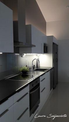 Valkoinen keittiö/Moderni keittiä/ Skandinaavinen/Korkeakiiltoinen keittiö/Mustat kivitasot/ Nordichome/ skandinaavinen/ skandinavisk kök/ White kitchen/ Modern & Minimalistic/ Korkeakiiltoinen keittiö Villa, Interior Inspiration, Interior Ideas, Boconcept, Home Kitchens, House Plans, Kitchen Cabinets, Interior Design, Architecture
