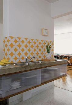Ladrilho hidráulico branco e amarelo na pia da cozinha