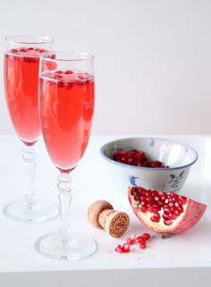 For a Cupid-friendly aperitif, shake together White Orchard, a white tea by Mighty Leaf, pomegranate juice, and sparkling wine. Serve to your loved one. Pomegranate White Tea, Pomegranate Recipes, Pomegranate Juice, Champagne Cocktail, Sparkling Wine, Champagne Glasses, Pina Colada, Galentines Day Ideas, Fruity Cocktails