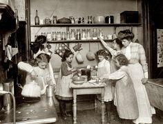 jonge meisjes helpen in de keuken - 1910
