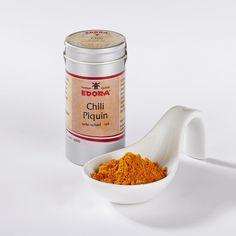 Gemahlen, sehr scharf. Pequin ist die Zuchtform der Chili Tepin, die als Urform des Chilis angesehen wird. Die kleinen, fast runden Pequin-Schoten sind sehr scharf und eignen sich für Salsas, Suppen-, Bohnen und...