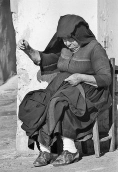 """""""Basilicata — Ora di cucito"""" (""""Basilicata — Sewing Time"""") by marco moretti Vintage Photographs, Vintage Photos, Foto Vintage, Fantasy Photography, Street Photography, Italian People, Vintage Italy, The Beautiful Country, Aragon"""