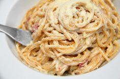 Carbonara spagetti recept Spagetti Carbonara, Spagetti Recipe, Pasta Noodles, Main Dishes, Spaghetti, Food Porn, Food And Drink, Cooking, Italia