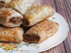These vegetarian sausage rolls taste so good, no one will miss the meat! Thermomix Sausage Rolls, Yummy Recipes, Yummy Food, Tea Ideas, Vegetarian Dinners, Christmas Cooking, Meatless Monday, Budget Meals, Annoyed