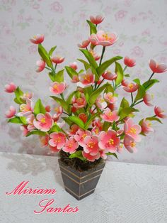 Arranjo com Flores de Pessegueira em Eva sem Frisador