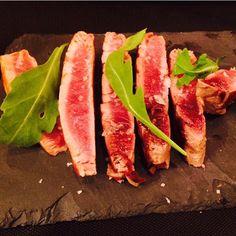 Tataki de atún con cebolla caramelizada #tapdesuro #barcelona #picoftheday #foodies #foodporn #tuna #tataki #quesecueceenbcn by quesecueceenbcn
