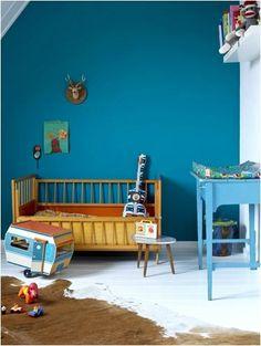 Lækker blå farve som næste bevæger sig hen i en lys petroleum. Farven for modspil af puslebordet som lige er et par nuancer lysere. Lækker farvekombination til de varme træsorter og det brune koskind. Kilde: http://www.thebooandtheboy.com/2013/01/eclectic-kids-rooms_28.html?m=1