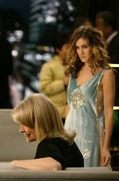 Carrie Bradshaw & her boss, Vogue editor: Enid (Candice Bergen) Carrie Bradshaw Outfits, Carrie Bradshaw Style, Carrie And Big, City Outfits, Marc Jacobs Dress, Vogue, Fashion Tv, Sarah Jessica Parker, Love Her Style