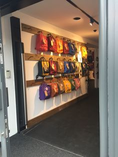 This picture shows a backpack display at a Fjallraven store in London. The display definitely grabbe Backpack Wall, Backpack Store, Bag Store Display, Store Displays, Shop Interiors, Office Interior Design, Store Design, Classroom Decor, Mudroom