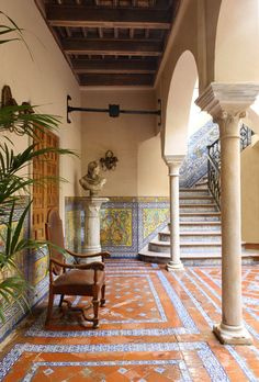 Decorative wall tile, below 'chair rail. Interior Patio in Sevilla, Spain Spanish Style Homes, Spanish House, Spanish Tile, Spanish Colonial, Spanish Revival, Marble Columns, Marble Wood, Hacienda Style, Decoration Design
