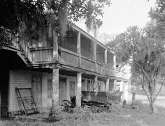 Ormond Plantation home in Saint Rose Louisiana in 1934 :: State Library of Louisiana Historic Photograph Collection Southern Plantation Homes, Southern Mansions, Southern Homes, Plantation Houses, Southern Comfort, Southern Style, Old Abandoned Buildings, Old Buildings, Abandoned Homes