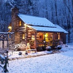 043 Small Log Cabin Homes Ideas, I want to spend Christmas here. Small Log Cabin, Tiny Cabins, Little Cabin, Log Cabin Homes, Cabins And Cottages, Cozy Cabin, Cozy Cottage, Cozy House, Rustic Cabins