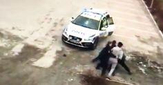 Selvforsvar. 3 politimenn/kvinner overmannet av 1 mann.
