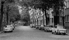 Dit is Oost Berlijn tijdens de koude oorlog. De auto's zijn allemaal hetzelfde door de Democratie. De regering bepaalde daar wat er gemaakt werd en ze vonden verschillende auto's niet heel erg belangrijk.