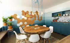 """""""Mesa para 8"""": a mesa rústica de madeira bruta se encaixa perfeitamente no espaço com decoração moderna."""