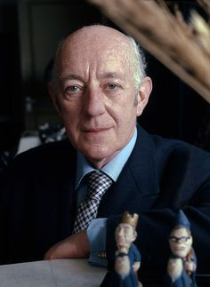 Sir Alec Guinness (April 1914 – August was an English actor who played Obi-Wan Kenobi in the original trilogy. He was born in England in and in he married actress Merula Salaman. In they had a son, Matthew Guinness. Hollywood Actor, Hollywood Stars, Classic Hollywood, Classic Movie Stars, Classic Films, Obi Wan, Alec Guinness, Cinema, Great Films