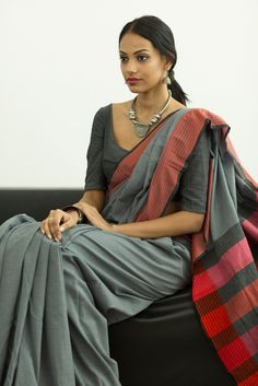 Mixed tones of gray and contrast pink and red border this saree you can wear for a special evening occasion. Accessories with silver jewelry for a rich look. Simple Sarees, Trendy Sarees, Cotton Saree Blouse Designs, Saree Jewellery, Modern Saree, Saree Models, Elegant Saree, Indian Outfits, Indian Clothes
