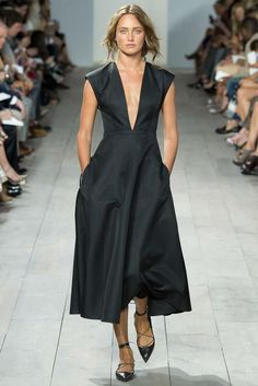 See all the Collection photos from Michael Kors Spring/Summer 2015 Ready-To-Wear now on British Vogue Fashion Week, Look Fashion, Runway Fashion, Fashion Show, Fashion Design, Young Fashion, Fashion Spring, Korean Fashion, Fashion Tips