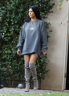 Kourtney Kardashian Photos - Kim And Kourtney Kardashian Spotted In Woodland Hills Filming - Zimbio