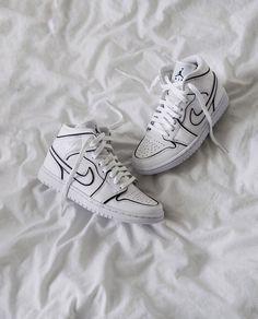 "💁♀️👟 We Love Sneakers on Instagram: ""Cosy Kicks ☁🖤 . @_kristinek"" Adidas Mode, Nike Mode, Adidas Fashion, Sneakers Fashion, Fashion Shoes, Mens Fashion, Sneakers Mode, Aesthetic Shoes, Fresh Shoes"