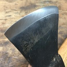 How to easily sharpen an axe, step by step with this photos. Learn the tools and… How to easily sharpen an axe, step by step with this photos. Learn the tools and techniques for quick edge touch-up or maintenance sharpening. Wilderness Survival, Camping Survival, Survival Skills, Time Stone, Beil, Axe Handle, Sharpening Tools, Chisel Sharpening, Knives And Tools