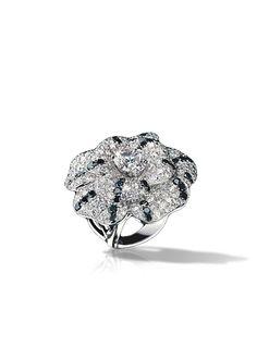 Anel Camélia em ouro branco 18 quilates, diamantes negros e diamantes - CHANEL