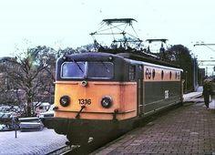 NS 1316 op het inmiddels onherstelbaar verbeterde spoor 1 te Asd.Datum niet meer te achterhalen.