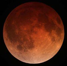 Bloedmaan=volledige maansverduistering de maan bevindt zich in de kegelvormige kernschaduw van de aarde, de umbra. Hier komt geen zonlicht. De maan straalt zelf geen licht uit. De rode kleur ontstaat doordat de atmosfeer van de aarde het licht afbuigt, waarbij alleen het rode en oranje licht met lange golflengten kan doordringen in de umbra. Blauw licht met een korte golflengte lukt dat niet. Zou de aarde geen atmosfeer hebben, dan zou de maan donker kleuren bij een verduistering.