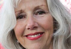 Marieke van der Pol 14-07-1953 Nederlands actrice en schrijfster van scenario's en proza. Tussen 1975 en 1979 studeerde Marieke aan de Toneelschool van Amsterdam. Op televisie is ze vooral bekend door haar rol als Simone Bol-Buys in de bekroonde comedyserie Oppassen!!!. Ze speelde de rol van begin 1991 tot 2000. De afgelopen jaren houdt Marieke zich vooral bezig met het schrijven van filmscenario's. https://youtu.be/U0OI7I0nZSc