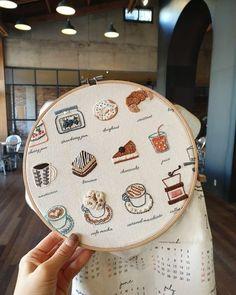 Hand embroidery Cakes Coffee Hoop Art Inspiration - Let's Cake Dmc Embroidery Floss, Embroidery Flowers Pattern, Simple Embroidery, Hand Embroidery Stitches, Embroidery Hoop Art, Hand Embroidery Designs, Cross Stitch Embroidery, Modern Embroidery, Broderie Simple