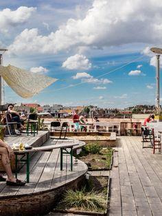 Die besten Rooftop-Bars in Deutschland; perfekt für einen lauen Sommerabend. Hier der Klunkerkranich in Berlin.