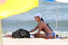 Deborah Secco curte dia na praia com o namorado, Hugo Moura