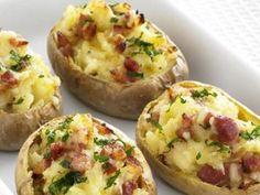 Essas batatas recheadas com mussarela, provolone, parmesão, calabresa e bacon são fáceis de preparar e ótimas para servir num encontro com os amigos em casa.