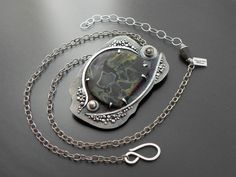 I love the framing of the stone in this pendant...