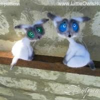 Crocheting : Two white Siam cats