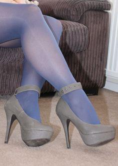 The pleasure of high Heels: Gray high heels blue pantyhose Das Vergnügen von High Heels: Graue High Heels blaue Strumpfhosen Heels Sexy Legs And Heels, Socks And Heels, Black High Heels, High Heel Boots, Funky Tights, Blue Tights, Colored Tights, Blue Stockings, Stockings Heels
