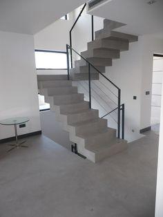 El microcemento en escaleras es un buen recurso decorativo, con en el mismo color, tono y material de los suelos y continuidad, sin juntas, sin rupturas.