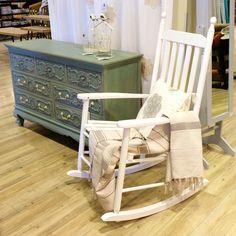 Cómoda 7 gavetas Classic Vintage 129 x 44 x 81 cm (referência 74068573) & Cadeira de Baloiço Branca 62 x 84 x 112 cm (referência 70069689) | A Loja do Gato Preto | #alojadogatopreto