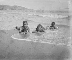 Niños jugando en la playa de Cullera, entre 1919-1927. Fotografía de Francisco Roglá López, (1894-1936). Colección de Colección de fotografías de Cullera III. Donación Familia Roglá